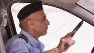 شرطي تابع للسلطة الفلسطينية يستعد لمهاجمة جنود إسرائيليين في فيلم دعائي من إنتاج حركة حماس (أخبار القناة 10)