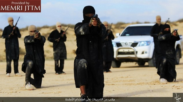 """تنظيم """"ولاية سيناء"""" التابع لتنظيم """"الدولة الإسلامية"""" خلال تدريبات على الأسلحة، 6 فبراير، 2016. (Telegram.me/HaiAlaElJehad5 via MEMRI)"""