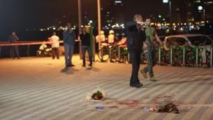 قوى الأمن في موقع هجوم الطعن الذي أسفر عن مقتل شخص واحد وإصابة 9 آخرين في ميناء يافا، 8 مارس، 2016. (Judah Ari Gross/Times of Israel)