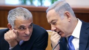 رئيس الوزراء الإسرائيلي بنيامين نتنياهو يتحدث مع وزير المالية موشيه كحلون خلال الجلسة الأسبوعية للحكومة في مكتب رئيس الوزراء في القدس، 31 يناير 2016 (Amit Shabi/POOL)