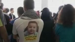 مناصرون لعائلة دوابشة خارج قاعة المحكمة المركزية في اللد، 2 مارس، 2016. (لقطة شاشة: Ramallah News)
