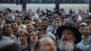 الاف الرجال اليهود يصلون عند حائط المبكى في القدس، 15 يونيو 2014 (Yonatan Sindel/Flash90)