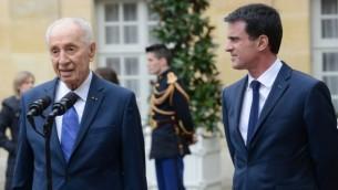 رئيس الدولة السابق شمعون بيرس (من اليسار) مع رئيس الوزراء الفرنسي مانويل فالس في باريس، 24 مارس، 2016. (المصدر: مركز بيرس للسلام)
