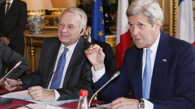 وزير الخارجية الفرنسي جان مارك آيرولت يرحب بنظيره الامريكي جون كيري قبل اجتماع حول ازمة الشرق الاوسط في الوزارة في باريس، 13 مارس 2016 (AFP/POOL/ GONZALO FUENTES)