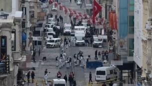 الشرطة التركية والمحققون الجنائيون وطواقم الطوارئ يعملون في موقع الإنفجار الذي هو شارع 'إستقلال' السياحي في إسطنبول في 19 مارس، 2016. (AFP/Bulent Kilic)