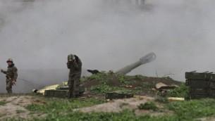 قوات ارمنية تطلق قذائف باتجاه الاذرية في منطقة ناغورني قره باغ التي يسيطر عليها الارمن، 3 ابريل 2016 (VAHRAM BAGHDASARYAN / PHOTOLURE / AFP)