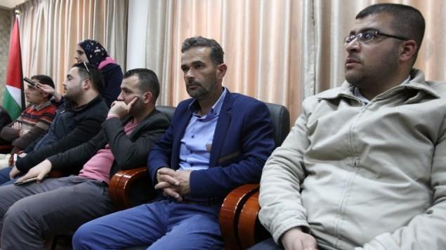 والد المعتدي الفلسطيني عبد الفتاح الشريف (21 عاما)، الذي قتل برصاص في الرأس اطلقها جندي اسرائيل بينما كان ملقى على الارض مصاب، خلال مؤتمر صحفي في منزل محافظ الخليل في الضفة الغربية، 4 ابريل 2016 (AFP / HAZEM BADER)