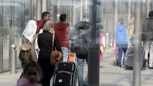 لاجئون سوريون يصلون مطار هانوفر  في مركز المانيا، 4 ابريل 2016 (TOBIAS SCHWARZ / AFP)