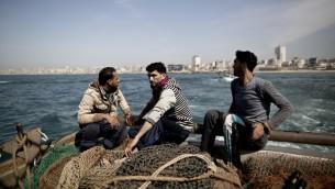 صيادون فلسطينيون امام سواحل غزة، 3 ابريل 2016 (AFP/Mahmud Hams)