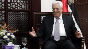 رئيس السلطة الفلسطينية محمود عباس في ديوانه في رام الله بالضفة الغربية، 11 أبريل، 2016. (AFP/Thomas Coex)