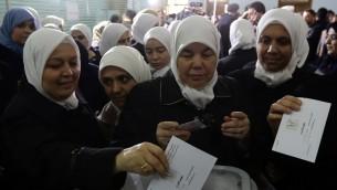 نساء سوريات يصوتن في الانتخابات البرلمانية في نقطة اقتراع في دمشق، 13 ابريل 2016 (LOUAI BESHARA / AFP)