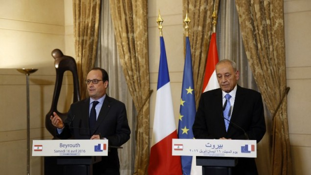 الرئيس الفرنسي فرنسوا هولاند يتحدث خلال مؤتمر صحفي مشترك مع رئيس البرلمان اللبناني نبيه بري، من اليمين، بعد اجتماعهما في بيروت، 16 أبريل، 2016. (AFP/ANWAR AMRO)