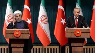 الرئيسان الايراني حسن روحاني والتركي رجب طيب اردوغان خلال لقائهما السبت في انقرة، 16 ابريل 2016 (ADEM ALTAN / AFP)