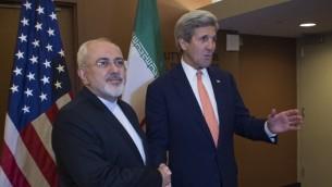 وزير الخارجية الامريكي جون كيري ونظيره الإيراني محمد جواد ظريف قبل لقائهما في مقر الامم المتحدة في نيويورك، 19 ابريل 2016 (AFP/DON EMMERT)