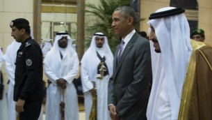 """الرئيس الأمريكي باراك أوباما (وسط الصورة) يسير إلى جانب الملك السعودي سلمان بن عبد العزيز آل سعود (من اليمين) في قصر""""عرقة""""  في الرياض، 20 أبريل، 2016. أوباما وصل إلى السعودية في زيارة ستستمر ليومين أملا منه في تخفيف التوترات مع حليف بلاده التاريخي (AFP PHOTO / Jim Watson)"""
