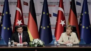 رئيس الوزراء التركي احمد داود اوغلو في مؤتمر صحافي مشترك مع المستشارة الالمانية انغيلا ميركل في غازي عنتاب، 23 ابريل 2016 (STR / AFP)