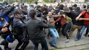 عناصر الشرطة التركية يفرقون تظاهرة نظمها انصار العلمانية امام البرلمان التركي في انقرة، 26 ابريل 2016 (ADEM ALTAN / AFP)