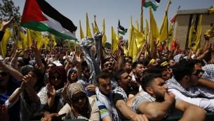 داعمو حركة فتح خلال الانتخابات لمجلس الطلبة في جامعة بير زيت، 26 ابريل 2016 (AFP/Abbas Momani)