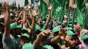 داعمو حركة حماس خلال الانتخابات لمجلس الطلبة في جامعة بير زيت، 26 ابريل 2016 (AFP/Abbas Momani)