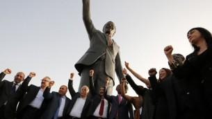 مسؤولون فلسطينيون ومندوبون عن جنوب افريقيا خلال حفل تدشين تمثال ضخم لنيلسون مانديلا في رام الله، 26 ابريل 2016 (AFP PHOTO / ABBAS MOMANI)