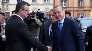 الرئيس التركي رجب طيب أردوغان، من اليمين، خلال إستقبال رئيس الوزراء الكرواتي تيهومير اوريسكوفيتس له خارج مبنى الحكومة في زغرب، 27 أبريل، 2016. (AFP/STR)