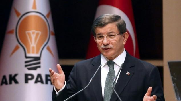 رئيس الوزراء التركي أحمد داوود أوغلو يلقي بكلمة خلال لقاء في أنقرة في 27 أبريل، 2016. (AFP/Adem Altan)
