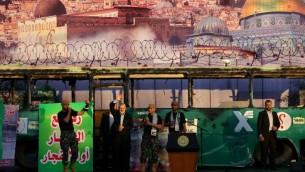 اسماعيل هنية خلال مهرجان لحركة حماس في غزة، امام صورة لحافلة في القدس تم تفجيرها، 28 ابريل 2016 (AFP PHOTO / MOHAMMED ABED)