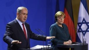 رئيس الوزراء بينيامين نتنياهو والمسشتارة الألمانية أنغيلا ميركل في مؤتمر صحفي مشترك في مقر المستشارية في برلين، 21 أكتوبر، 2015. (AFP/TOBIAS SCHWARZ)