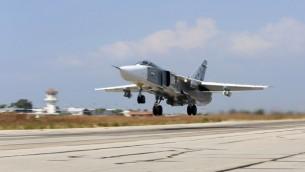"""طائرة روسية من طراز """"سوخوي سو-24"""" تقلع من قاعدة حميميم الجوية في محافظة اللاذقية السورية، 3 أكتوبر، 2015. (AFP/KOMSOMOLSKAYA PRAVDA/ALEXANDER KOTS)"""