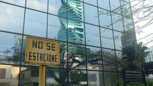 """صورة للمبنى الذي يضم مكاتب """"موساك فونسيكا"""" للمحاماة  التي تقع في بنما سيتي، 3 أبريل، 2016. (AFP / RODRIGO ARANGUA)"""