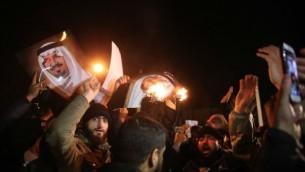 متظاهرون إيرانيون يحتشدون أمام السفارة السعودية في طهران خلال تظاهرة احتجاجا على إعدام السلطات السعودية لرجل الدين الشيعي البارز نمر النمر، 2 يناير، 2016. (AFP/ISNA/ MOHAMMADREZA NADIMI)