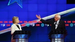 المرشحان الديمقراطيان للرئاسة الامريكية بيرني ساندرز وهيلاري كلينتون خلال مناظرة على قناة سي ان ان في نيويورك، 14 ابريل 2016 (Justin Sullivan/Getty Images/AFP)
