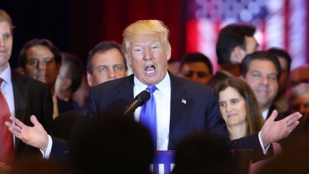 المرشح الجمهوري لرئاسية الولايات المتحدة دونالد ترامب يتحدث في 'برج ترامب' في نيويورك بعد فوزه في الانتخابات التمهيدية خمس ولايات، 26 ابريل 2016 (Spencer Platt/Getty Images/AFP)