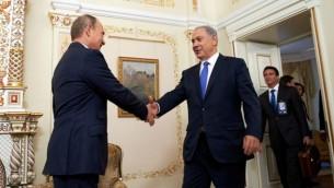 الرئيس الروسي فلاديمير بوتين، من اليسار، يرحب برئيس الوزراء بينيامين نتنياهو في موسكو، 21 سبتمبر، 2015. (Israeli Embassy in Russia/Flash90/via JTA)