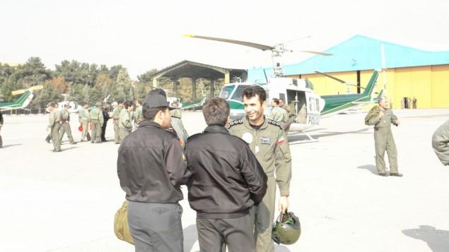 صورة غير مؤرخة للميجر أحمد رضا خسروي (من اليمين)، طيار سابق في وحدة المروحيات التابعة لأجهزة الأمن الإيرانية (Courtesy)