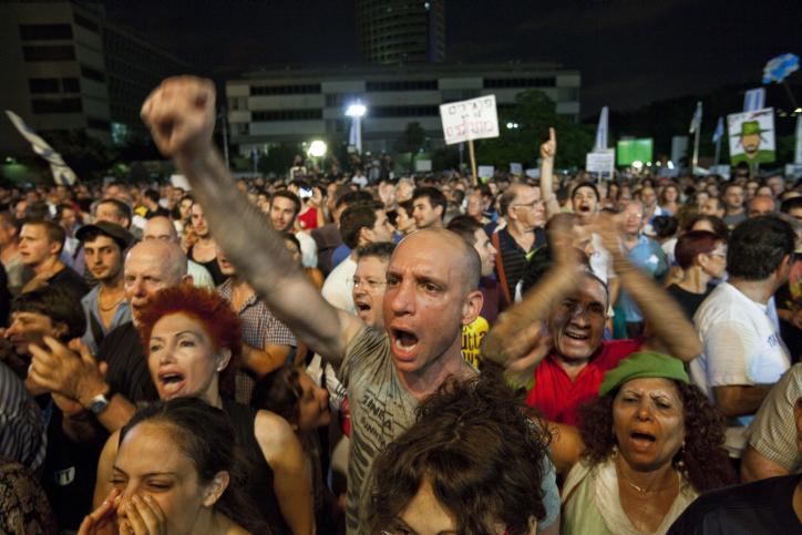 عشرات الآلاف يتظاهرون في تل أبيب تأييدا للخدمة العسكرية الإلزامية أو الخدمة المدنية، يوليو 2012. (Tali Mayer/Flash90)