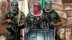 أعضاء من كتائب عز الدين القسام التابعة لحركة حماس ( Rahim Khatib/Flash90)