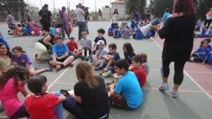 طلاب مدرسة  يشاركون في تدريب هزة ارضية في القدس، 21 اكتوبر 2012 (Oren Nahshon/FLASH90)