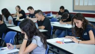 صورة توضيحية لطلاب ثانوية خلال امتحان (Yossi Zeliger/Flash90)
