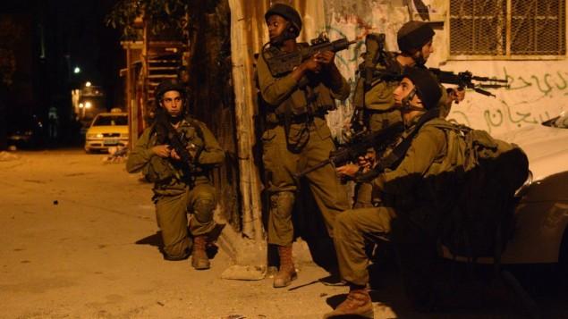 صورة توضيحية لجنود إسرائيليين خلال دوريات تفتيش في الضفة الغربية، 16 يونيو، 2014. (IDF Spokesperson/FLASH90)
