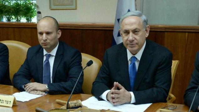 """رئيس """"البيت اليهودي"""" نفتالي بينيت (من اليسار) ورئيس الوزراء بينيامين نتنياهو . (Haim Zach/GPO)"""