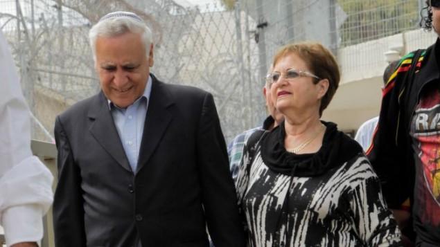 الرئيس الأسبق موشيه كتساف، من اليسار، الذي يقضي عقوبة 7 سنوات بالجسن بتهم إغتصاب، مع زوجته غيلا، وهو يغادر سجن معسياهو لقضاء إجازة خارج السجن بمناسبة عيد الفصح العبري، 3 أبريل، 2015. (Flash90)