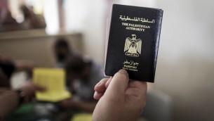 رجل فلسطيني يحمل جواز سفره في معبر رفح الحدودي، 12 يونيو 2015 (Aaed Tayeh/Flash90)