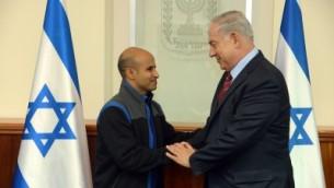 رئيس الوزراء بينيامين نتنياهو (اليمين) مع عودة ترابين، مواطن أسرائيلي سُجن لمدة 15 عاما في مصر بتهمة التجسس لصالح إسرائيل، وتم إطلاق سراحه في 10 ديسمبر، 2015. (Haim Zach/GPO, File)