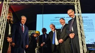 رئيس الوزراء بينيامين نتنياهو (الثاني من اليسار) ومسؤولين آخرين يحضرون حفل وضع حجر أساس لمكتبة وطنية جديدة في القدس، الثلاثاء، 5 أبريل، 2016. (Kobi Gideon / GPO)