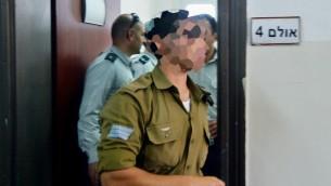 الجندي الإسرائيلي الذي تم تصويره وهو يطلق النار على منفذ هجوم فلسطيني منزوع السلاح في رأسه خلال جلسة للنظر في قضيته في محكمة عسكرية في يافا، 7 ابريل 2016 (Flash90)