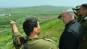 بنيامين نتنياهو خلال جولة امنية ودفاعية في مرتفعات الجولان، بالقرب من الحدود الإسرائيلية الشمالية مع سوريا، 11 ابريل 2016 (Kobi Gideon/GPO)