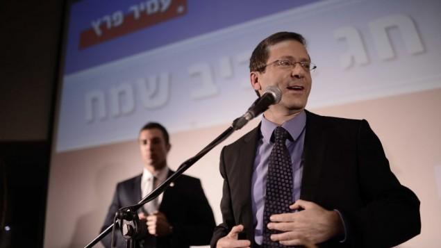 يتسحاق هرتسوغ، زعيم المعارضة وررئيس حزب 'العمل'، خلال حدث احتفالي، 12 أبريل، 2016. (Tomer Neuberg/Flash90)