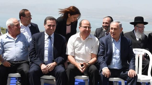 رئيس الوزراء بينيامين نتنياهو يتصور مع اعضاء حكومته خلال الجلسة الأسبوعية للحكومة التي عُقدت في هضبة الجولان، 17 أبريل، 2016 (Effi Sharir/POOL)