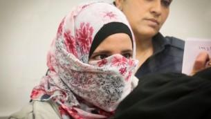 شاتيلا أبو عيادة (22 عاما) من كفر قاسم خلال مثولها أمام المحكمة المركزية في اللد حيث وُجهت إليها تهمة محاولة القتل، 17 أبريل، 2016. (Flash90)